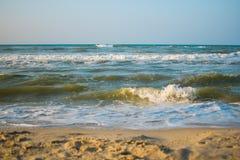 Ponto de vista da paisagem do abrandamento da luz do dia do sol da areia do céu azul da praia do mar para o cartão e o calendário fotos de stock