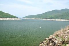 Ponto de vista da represa de Bhumiphol em Tak, Tailândia Imagem de Stock
