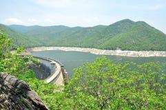 Ponto de vista da represa de Bhumiphol em Tak, Tailândia Fotos de Stock