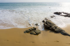 Ponto de vista do abrandamento da luz do dia da areia da praia do mar imagem de stock royalty free