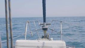 Ponto de vista do navio da curva no mar azul ao navegar no iate do esporte video estoque