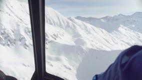Ponto de vista do piloto de um voo do helicóptero sobre as montanhas de Sibéria vídeos de arquivo