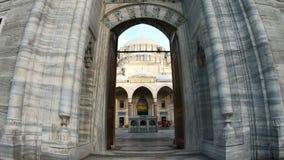 Ponto de vista do POV que entra na mesquita Hyperlapse de Suleymaniye na luz do dia - Istambul Turquia vídeos de arquivo