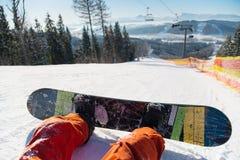 Ponto de vista do Snowboarder em seus pés em cima da inclinação nevado Imagens de Stock Royalty Free