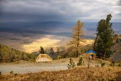 Ponto de vista na estrada rural velha a uma passagem de montanha Imagem de Stock