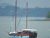 Ponto de vista nas águas da ilha de Similan, as mornas e as claras dos azuis celestes do oceano, Phuket, Tailândia fotos de stock royalty free