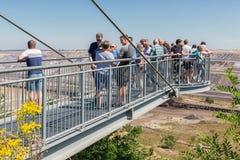 Ponto de vista de visita dos povos com skywalk na mina Alemanha de marrom-carvão de Garzweiler Foto de Stock