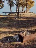 Ponto do piquenique no lago fotografia de stock