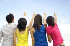 Ponto dos amigos ao olhar do céu! Imagens de Stock Royalty Free