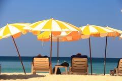 Ponto intermediário claro da praia do céu à praia fotos de stock