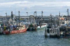 Ponto Judith, RI/EUA - 10/19/2018: Barcos de pesca vermelhos e verdes entrados no ponto Judith, Rhodes Island imagem de stock