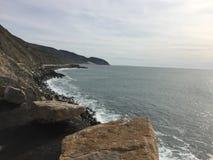 Ponto Magu Califórnia - litoral pristine com oceano e céu imagem de stock royalty free