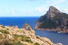 Ponto Mirador Es Colomer da vigia na costa do penhasco de Tampão de Formentor e no mar Mediterrâneo, Majorca Imagem de Stock Royalty Free