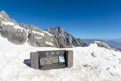 Ponto na cidade de Lijiang da montanha da neve de Jade Dragon, Y de opinião da geleira fotos de stock