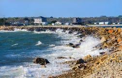 Ponto rochoso Massachusetts de Westport da praia do impacto da onda Fotos de Stock