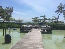 Ponton über dem Wasser in einem Erholungsort in Bali Stockbilder