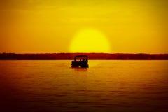 Ponton in den Sonnenuntergang Lizenzfreies Stockbild