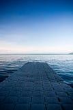 Ponton, der heraus zu einem tiefen blauen Meer schaut Lizenzfreies Stockfoto