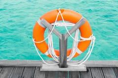 Ponton en bois avec l'anneau de flottaison photos libres de droits