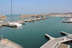 Ponton installerades i porten av Piriac-sur-Mer (Frankrike) arkivfoton