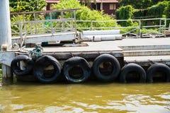Ponton mit den aufbereiteten alten Reifen benutzt als Bootsstoßdämpfer stockfoto