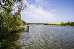 Ponton na jeziorze zdjęcia royalty free