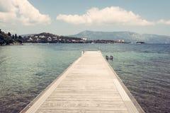 Ponton na plaży Ionian morze, Corfu wyspa Obrazy Royalty Free