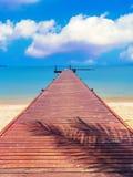 Ponton som omges av havet Arkivbild