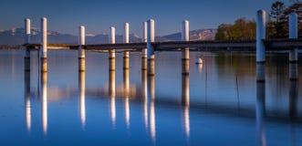 Ponton som reflekterar på vattnet Fotografering för Bildbyråer