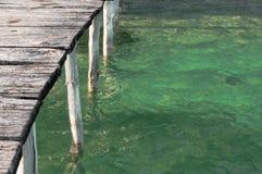 Ponton sur l'eau tropicale Images stock