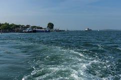 Ponton- und gruiseschiff verankert in der venetianischen Lagune Stockfoto