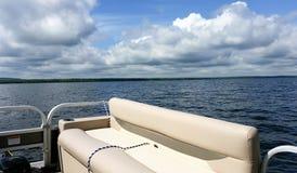 Pontonboot auf See Stockbild