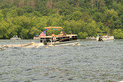 Pontonboote verziert für die 4. Parade Lizenzfreie Stockbilder