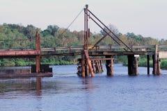 Pontonbro i Henderson Louisiana, som leder till butten Larose över flodfördämningen Arkivfoton