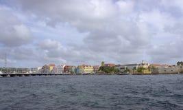 Pontonbron för drottning Emma och de färgrika byggnaderna royaltyfri foto
