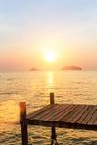 Pontoni di legno sulla costa durante il tramonto nave Fotografia Stock