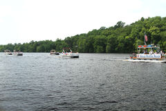 Pontonowa parada na rzece świętować dzień niepodległości czwarty Lipiec Obrazy Stock
