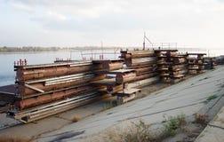 Pontonowy most jest rozmontowywający i kłamający na wybrzeżu obraz stock