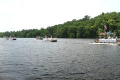 Pontonparade op de rivier om Onafhankelijkheidsdag, het Vierde van Juli te vieren Stock Afbeeldingen