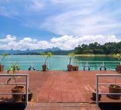 Pontoon framme av kojan i Khaosok laken, Ratchaprapha fördämning, Royaltyfria Bilder