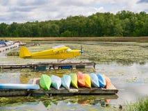 Pontoonflygplan på docken Royaltyfria Bilder