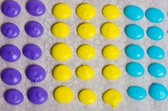 Pontos amarelos e azuis roxos dos doces Foto de Stock Royalty Free