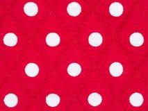Pontos brancos da textura de pano no fundo vermelho Fotos de Stock