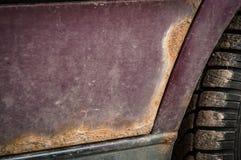 Pontos da oxida??o no carro da cor de Borgonha imagem de stock