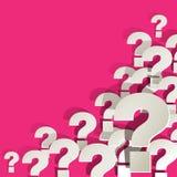 Pontos de interrogação brancos no canto em um fundo cor-de-rosa Fotos de Stock Royalty Free