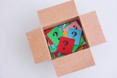 Pontos de interrogação coloridos dentro de uma caixa Fotos de Stock Royalty Free