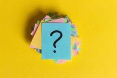 Pontos de interrogação coloridos escritos bilhetes dos lembretes peça ou conceito do negócio imagem de stock