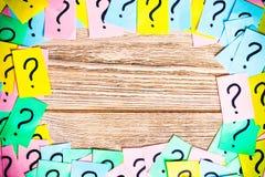 Pontos de interroga??o coloridos dos bilhetes escritos fundo dos lembretes do quadro pe?a ou conceito do neg?cio com espa?o da c? fotografia de stock
