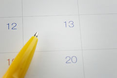 pontos de pena amarelos ao número 13 no fundo do calendário Imagens de Stock Royalty Free