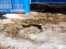 Pontos do óleo de motor sob um caminhão diesel velho fotografia de stock royalty free
